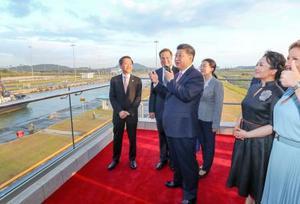 パナマ運河を視察する中国の習近平国家主席(中央)ら=3日、パナマ市(新華社=共同)