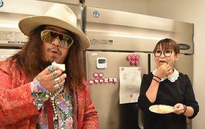 食パンを試食するギャル曽根さん(右)と岸本さん