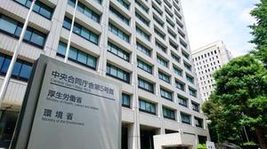 法務省とともに外国人の国民健康保険利用について調査する厚生労働省=8月、東京都千代田区