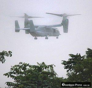 米軍三沢基地に飛来した新型輸送機オスプレイ。防衛省は11日、オスプレイの飛行再開を容認すると発表した=11日午後4時40分ごろ