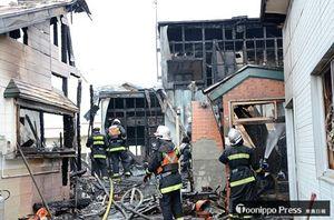 焼死体が見つかった五所川原市烏森の火災現場=13日午前6時40分ごろ
