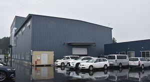 完成した三沢工場と同工場の事務所(右側)
