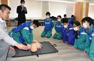 心肺蘇生の研修に臨む生徒ら