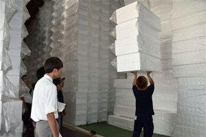 アステックコーポレーションでは、発泡スチロールの箱を高々と積み上げる作業にびっくり