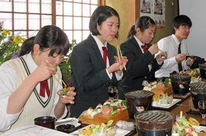 ガリステごはんに舌鼓を打つ田子高校の生徒たち