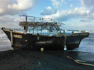 深浦に木造船漂着 東北日本海側で今季初