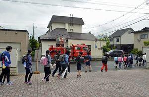 教員の引率のもと集団下校する児童=27日午後3時ごろ、弘前市の北小学校