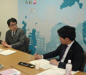 PTの会議で宮下市長(右)の質問に答える増田氏
