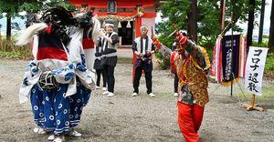 八幡宮の境内で「八幡崎獅子踊」を披露する保存会の会員ら=12日正午すぎ、平川市八幡崎