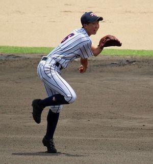 8月の代替大会でショートを守る高嶋さん(開志学園女子硬式野球部関係者提供)