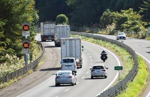 岩手県内の一部で、最高速度120キロの本格運用が開始された東北自動車道=16日午後、岩手県紫波町
