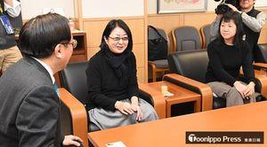 三村知事(左)と懇談する山内氏(中)、角田氏
