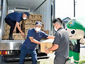 初出荷の八戸麦酒をトラックに積み込む山形会長(左から2人目)とヴァンラーレの下平社長(同3人目)=2日、八戸市のカネク醸造南郷醸造所