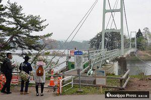工事のため2015年から通行できない状況が続いている桜松橋=1日、五所川原市金木町