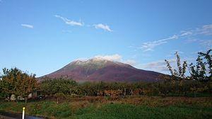初雪で山頂付近が白く染まった岩木山=28日午前7時15分ごろ、岩木山神社付近(岩木スカイライン提供)