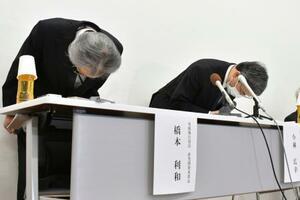 記者会見で謝罪する小林化工の小林広幸社長(右)=16日午後、福井県あわら市