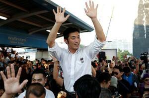 14日、集会で支持者に応える「新未来党」のタナトーン党首=タイ・バンコク(ロイター=共同)