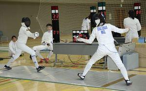 合宿で試合形式の練習をするモンゴルの選手たち=5日午後、今別町のいまべつ総合体育館