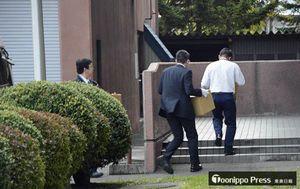 押収品が入った段ボールを運ぶ捜査員ら=12日午後4時25分、弘前署