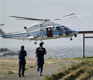 21日に平内町で発生したSUP使用者の海難事案で、救助者を乗せて着陸しようとする海保のヘリコプター