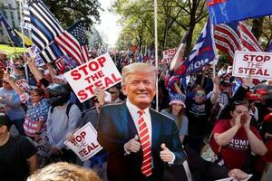 21日、米南部アトランタで、大統領選の結果に抗議するトランプ大統領支持者ら(ロイター=共同)