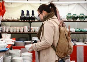 「秋の有田陶磁器まつり」で品定めをする観光客=20日午前、佐賀県有田町